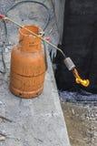 Gascylinder med facklan på flamman Royaltyfri Fotografi