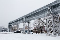 Gasdotto enorme posato lungo la via nevosa a Riga, Lettonia fotografie stock libere da diritti