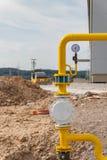 Gasdotto giallo al cantiere Costruzione di nuova strada Distribuzione del gas fotografia stock libera da diritti