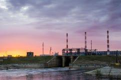 Gaselektrische centrale tijdens zonsondergang Stock Afbeelding