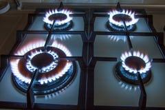 Gasen Sie Küchenofen mit dem Brennen der blauen Flamme in der Dunkelheit Lizenzfreie Stockfotos