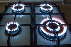 Gasen Sie Küchenofen mit dem Brennen der blauen Flamme in der Dunkelheit Lizenzfreie Stockbilder