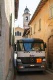 Gasen Sie LKW auf schmalen Straßen bei Castelrotto auf der Schweiz Stockfotografie