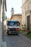 Gasen Sie LKW auf schmalen Straßen bei Castelrotto auf der Schweiz Lizenzfreies Stockfoto