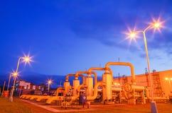 Gaseoducto en la noche foto de archivo