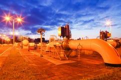 Gaseoducto en la noche fotos de archivo