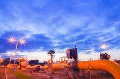 Gaseoducto en la noche imagenes de archivo