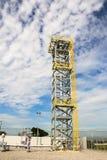 Gaseoducto para proveer de gas la torre de la llamarada Fotografía de archivo