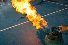 Gasflamma och explosion från gasbehållare Royaltyfri Foto