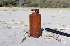 Gasflasche auf dem Strand, Seeverschmutzung Stockfotografie