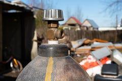 Gasflaschen am Baustelleabschluß oben stockfotos