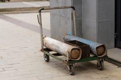 Gasflaschen für das Schweißen auf einer Laufkatze nahe dem Gebäude stockfotos