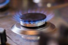 Gasfornuis met blauwe vlam Fornuis met een aangestoken brander royalty-vrije stock foto's