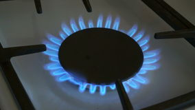 Gasfornuizen één branden blauwe vlam op een gasfornuis stock video