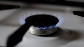 Gasherd mit dem Brennen des blauen Erdgases stock video footage