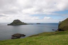 Gasholmur och Tindholmur på Faroeen Island Arkivbilder
