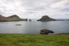 Gasholmur och Tindholmur på Faroeen Island Arkivfoton