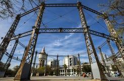 Gashouder in een openbaar park in het district Barceloneta van Barcelona De Gasmeter dient vandaag als speelplaats en Basketbalge Royalty-vrije Stock Afbeeldingen