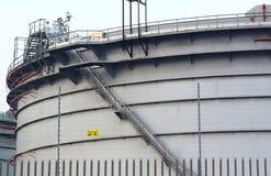 Gashouders in het industriële landgoed, opschortingsenergie voor transp Royalty-vrije Stock Afbeeldingen
