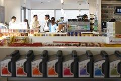 gasinterioren shoppar stationen Royaltyfri Foto