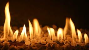 Gaskamin mit brennendem Feuer stock footage