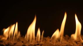 Gaskamin mit brennendem Feuer stock video
