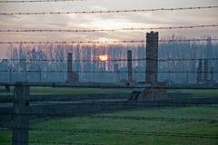 Gaskammare och kvarlevor av baracker i det tidigare koncentrations- och utrotninglägret Auschwitz-Birkenau i Polen Royaltyfria Foton