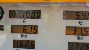Gaskosten, die für Verbraucher an den Pumpen steigen Steigende Preise auf Stationspumpenschirm, elektronische Anzeige für Dieselg stock video footage