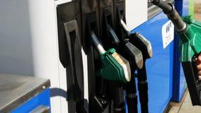 Gaskosten, die für Verbraucher an den Pumpen steigen Steigende Preise auf Stationspumpenschirm, elektronische Anzeige für Dieselg stock video