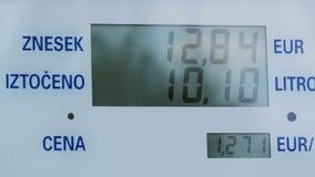 Gaskosten, die für Verbraucher an den Pumpen steigen Steigende Preise auf Stationspumpenschirm, elektronische Anzeige für Dieselg stock footage