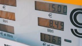 Gaskosten, die für Verbraucher an den Pumpen steigen Tankstelle-Zähler stock footage