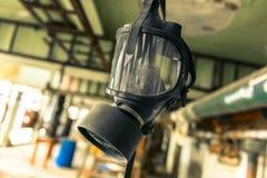 Gasmask che pende dal soffitto fotografia stock