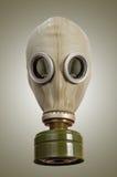 Gasmask på en grå bakgrund Arkivfoton