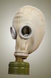 Gasmask på en grå bakgrund Royaltyfri Foto
