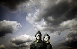 gasmaskar två Överlevnadtema royaltyfri foto
