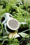 Gasmaske auf Gras Lizenzfreie Stockbilder