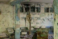 Gasmaske, die von der Decke in einem verlassenen Haus in Chern hängt Lizenzfreie Stockfotos
