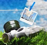 Gasmaske- und Fotorahmen gegen den rauchigen Himmel Lizenzfreies Stockfoto