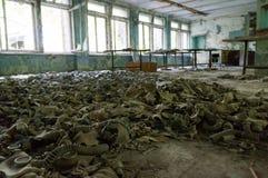 Gasmasken bedecken den Boden eines verlassenen Gebäudes in Tschornobyl Stockfotografie