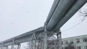 gasoduto 4K enorme colocado ao longo da rua nevado em Riga, Letónia filme