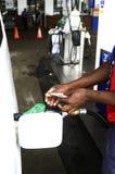 Gasolina de bombeamento do empregado no tanque do carro foto de stock royalty free