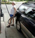 Gasolina de bombeamento fêmea Fotos de Stock