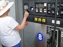 Gasolina de bombeamento fêmea Imagens de Stock