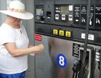 Gasolina de bombeamento fêmea Imagens de Stock Royalty Free