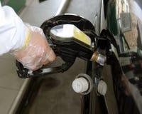 Gasolina de derramamento Imagens de Stock
