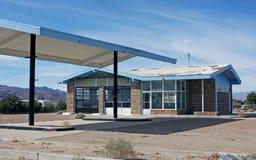Gasolinera abandonada en desierto Imagen de archivo