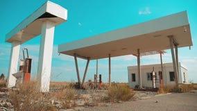Gasolinera abandonada sucia de la vieja forma de vida U S Ruta 66 vídeo de la cámara lenta del camino 66 de la crisis que aprovis almacen de video