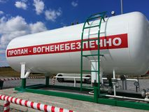 Gasolinera, barril blanco con el gas líquido Foto de archivo