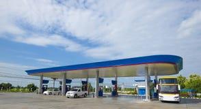 Gasolinera con el cielo claro Foto de archivo