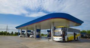 Gasolinera con el cielo claro Foto de archivo libre de regalías
